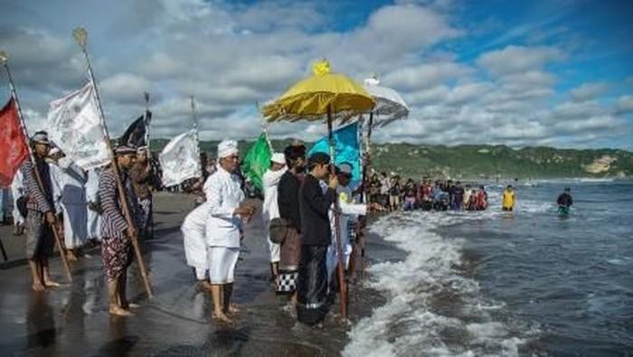 Prosesi Melasti Nyepi di Bali. Foto: ANTARA FOTO/Nyoman Budhiana