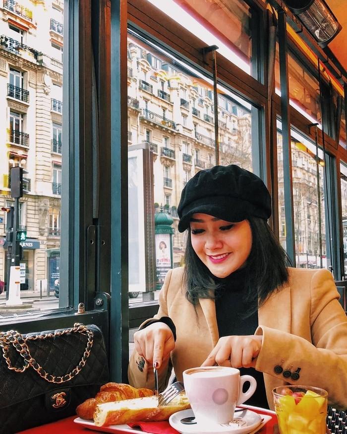 Penyanyi dangdut berusia 23 tahun ini terlihat asyik menikmati sepotong roti croissant ditemani secangkir kopi dan jalanan kota Paris yang Indah. Foto: Instagram @cita_citata