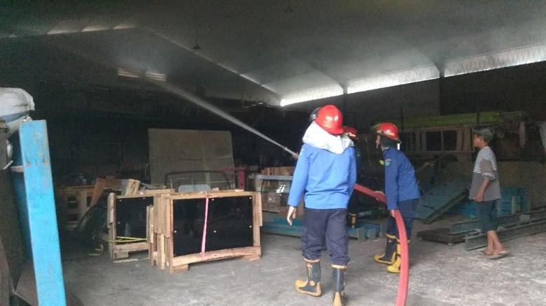 Gudang Distributor Kaca Terbakar, Diduga Karena Korsleting