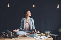 Yoga bisa membantumu rileks.