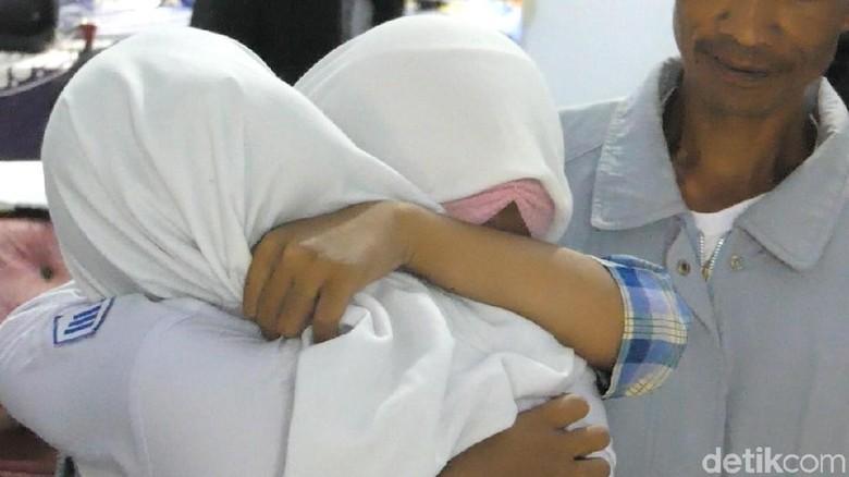 Pelukan Perdamaian Siswi yang Berantem dan Viral di Banjarnegara
