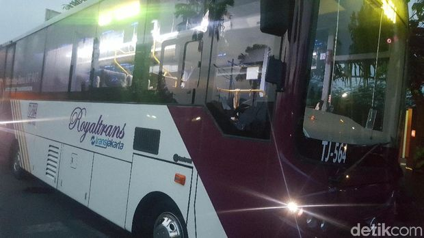 Bus Royaltrans rute Bekasi Barat-Blok M.