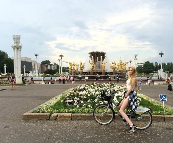 Kalau ini saat Alisa bersepeda di Moskow, Rusia (lis_manyonok/Instagram)