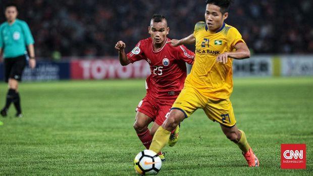 Song Lam Nghe An memberikan perlawanan kepada Persija pada awal babak kedua.