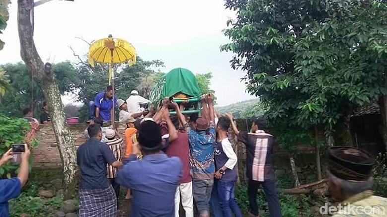 Susahnya Pemakaman Warga yang Rumahnya Ditutup Pagar Lapangan