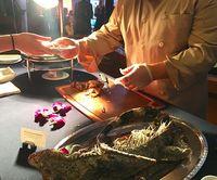 Tingkah Orang Terkaya Dunia Makan Iguana Panggang