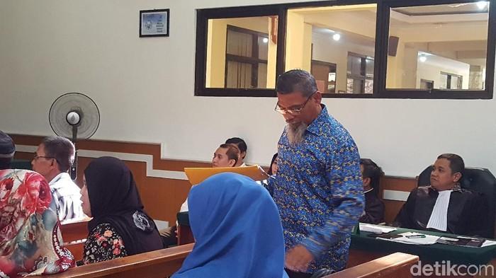 Zuherial (berbatik) saat bersaksi di sidang bos First Travel, Rabu (14/3/2018). (Zunita Amalia Putri/detikcom)