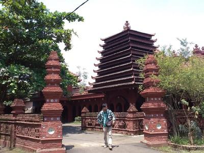 4 Masjid Megah dan Cerita Uniknya di Indonesia