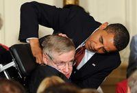 Saat Hawking mendapatkan Presidential Medal of Freedom dari Obama.