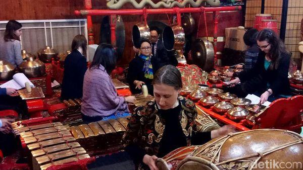 Menlu Retno Nyinden dan Main Gamelan Saat Kunjungan ke Moskow