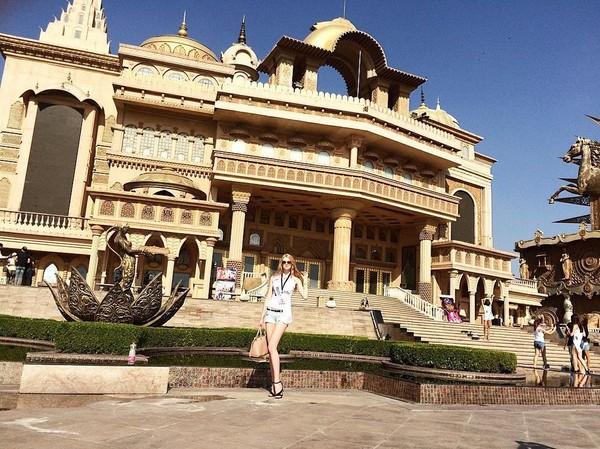 Berpose di depan Kingdom of Dreams, New Delhi, India (lis_manyonok/Instagram)