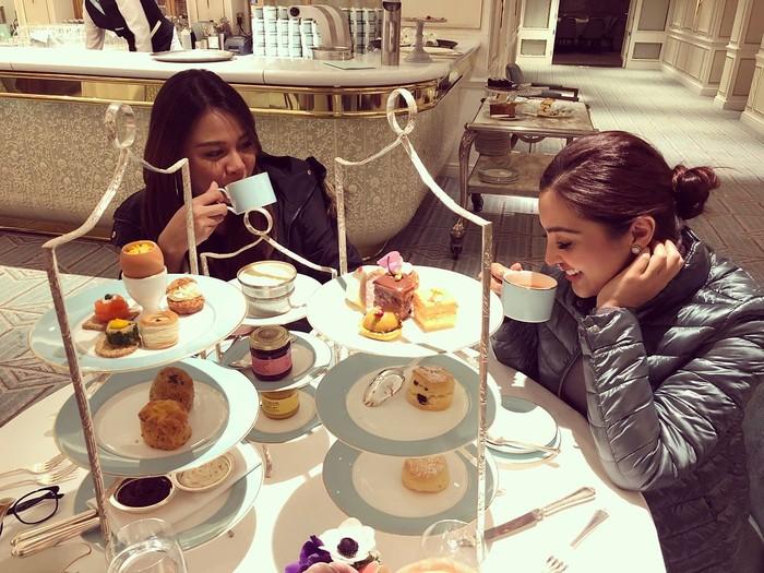 Berlibur ke London, Ashanty dan Aurel sedang menikmati Afternoon Tea dengan ragam kue-kue cantik. Keduanya terlihat asyik ngobrol sambil minum teh. Foto: Instagram @ashanty_ash