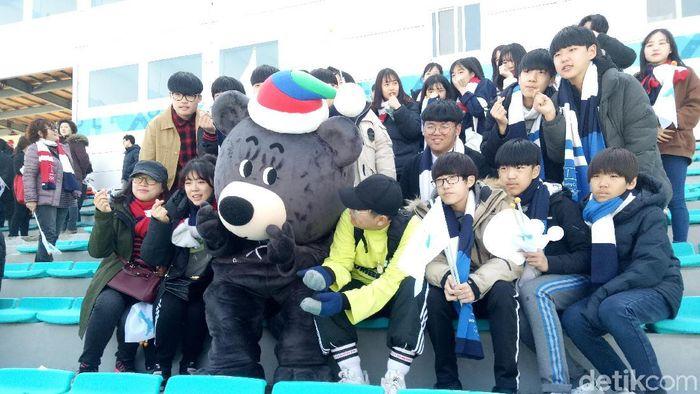 penonton antusias menyaksikan aksi atlet di Paralimpiade musim dingin. (Amalia Dwi Septi/detikSport)