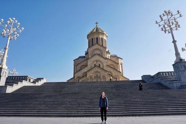 Ini merupakan foto Demonbreun saat berada di Holy Trinity Cathedral of Tbilisi di Georgia. Georgia merupakan negara ke 63 yang dikunjungi Demonbreun. (trekwithtaylor/Instagram)