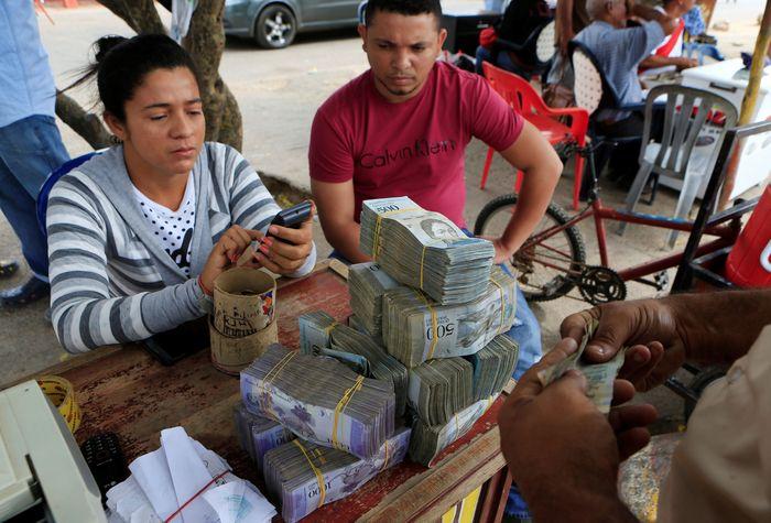 Negara itu dilanda krisis ekonomi dan hiperinflasi akibat jatuhnya harga minyak dunia. REUTERS/Jaime Saldarriaga.