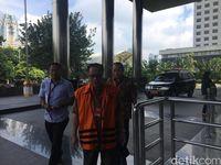 Mantan Dirjen Dukcapil Kemendagri, Irman, tiba di gedung KPK untuk diperiksa