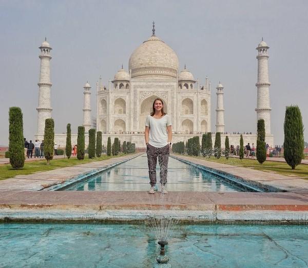 Demonbreun di Taj Mahal, India. Dia bisa keliling dunia karena dia disponsori oleh hotel-hotel kecil dan restoran yang dia kunjungi di setiap negara. Dia menargetkan menyelesaikan perjalanan ke 195 negara di bulan September. (trekwithtaylor/Instagram)