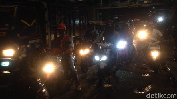 Tampak kepadatan lalu lintas di Jalan MT Haryono di sekitar lokasi pipa gas bocor