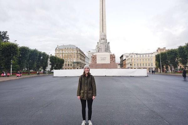Ini merupakan potret Demonbreun saat berada di depan Freedom Monument, salah satu landmark terkenal di Latvia. (trekwithtaylor/Instagram)
