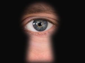 Sering Main Game Online Dalam Gelap, Mata Wanita Ini Terancam Buta