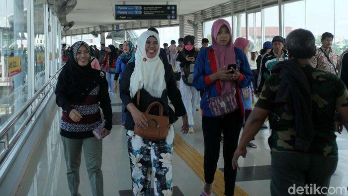 Penumpang KRL di Stasiun Duri (Foto: lamhot aritonang)