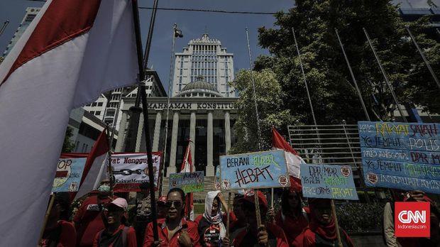 Presidium Rakyat Menggugat melakukan aksi menolak UU MD3 di gedung Mahkamah Konstitusi, Jakarta, 15 Maret 2018.