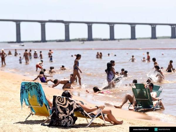 Meski Rosario tidak memiliki garis pantai, Sungai Parana di sana pun dibuat sedemikian rupa seperti pantai. Bisa berjemur juga lho! (@rosarioturismo/Facebook)