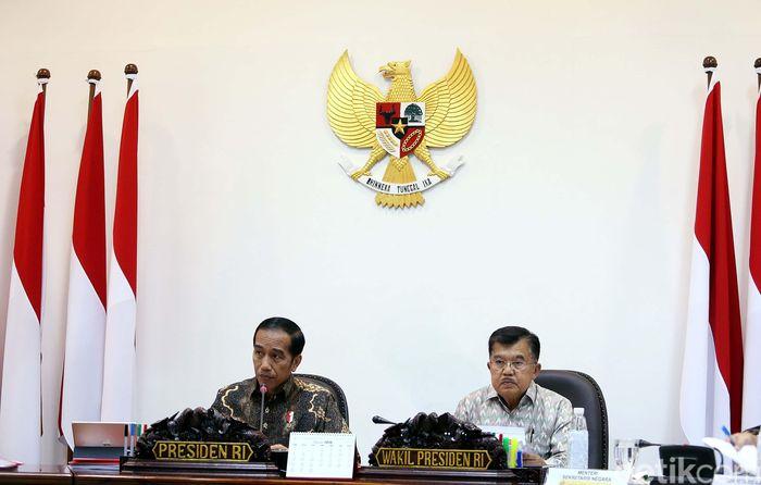 Presiden Joko Widodo (Jokowi) didampingi Wakil Presiden Jusuf Kalla (JK), memimpin rapat terbatas bertajuk Peningkatan SDM Indonesia, di Kantor Presiden, Jakarta, Kamis (15/03/2018).