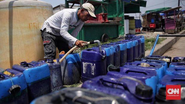 Penjual air bersih di depot pengisian air Muara Baru, Penjaringan, Jakarta Utara, 15 Maret 2018. Warga terpaksa membeli air bersih karena air tanah di daerah itu tak layak konsumsi.