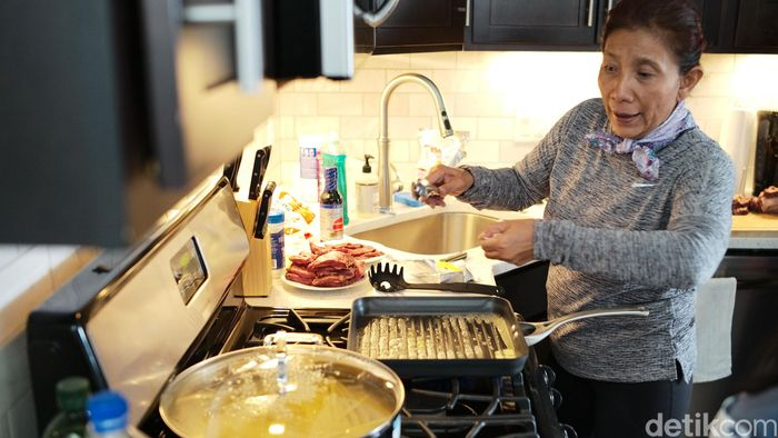 Susi memasak steak dan fettucini di sebuah apartemen di Kota Boston, Amerika Serikat. Susi berkunjung ke kota tersebut dalam rangka kunjungan kerja.
