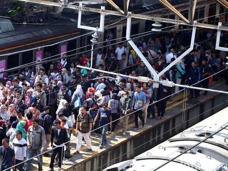 Pengguna KRL Commuter Line Harus Berangkat Lebih Pagi Hari Ini!