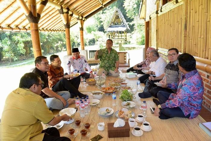 Di Yayasan Bambu Indonesia, Setnov berkumpul bersama anggota DPR lainnya sambil menikmati makanan. Ada kopi, teh dan berbagai makanan lain, termasuk lalap dan sambalnya. Foto: Instagram @s.novanto