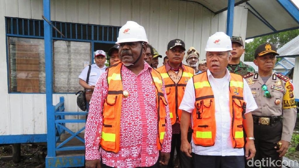 Di Asmat, Menteri Basuki Diminta Warga Permak Lapangan Voli