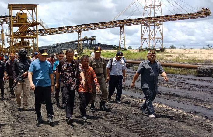 Gubernur Kalimantan Tengah, Sugianto Sabran, akhirnya melakukan sidak ke PT. Asmin Korindo Tuhup (AKT) yang diduga melakukan pertambangan batubara ilegal pasca ijinnya dicabut oleh Menteri ESDM. Foto: dok. Pemprov Kalteng