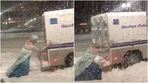 Viral Aksi Elsa Frozen Dorong Mobil Polisi di Tengah Salju