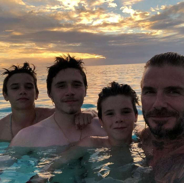 Keluarga Beckham sedang berenang bersama. Seru ya. (Foto: instagram/DavidBeckham)
