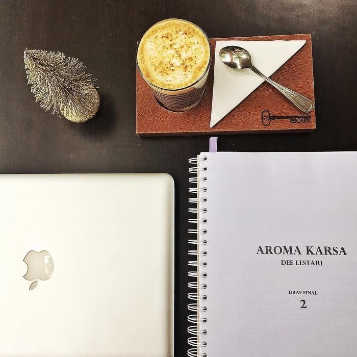 """Saat menyelesaikan novel terakhirnya, Aroma Karsa, Dee sering ditemani segelas kopi. Lanjut paruh kedua! (disclaimer lagi: """"final"""" menurut saya, bukan editor penerbit) #AromaKarsa, tulis Dee. Foto: Instagram deelestari"""