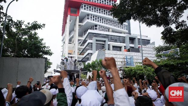 Massa FPI berdemo di kantor majalah Tempo, Jakarta, 2018.