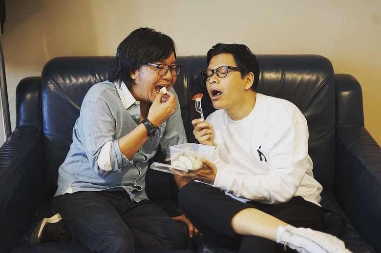 Dua musisi jagoan Indonesia lagi asyik makan bareng nih. Seksian mana bibir mangap gw sama bibir mangap Ari Lasso? tulis Armand dalam captions fotonya. Foto: instagram @armandmaulana04