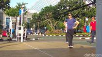 Berkacamata Hitam, Sri Mulyani Main Voli Lawan Pejabat Kemenkeu