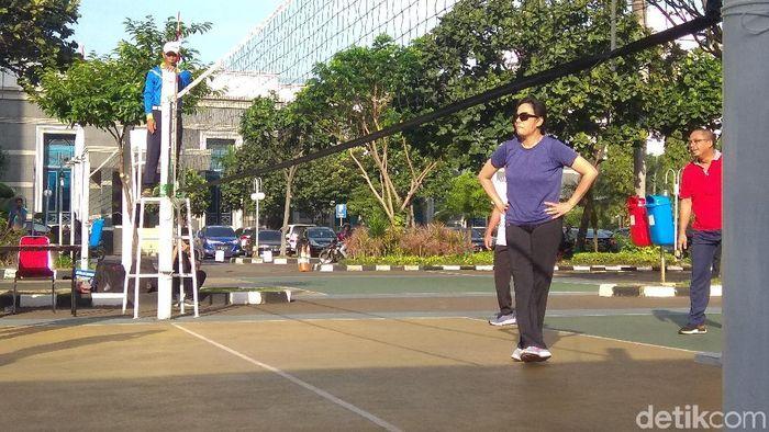 Teknik Servis Bawah Dan Atas Permainan Bola Voli Wajib Tahu