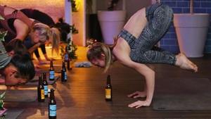 Beer Yoga, Tren Olahraga Unik yang Kontroversial Tapi Makin Mengglobal