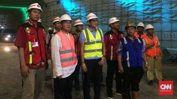 Rombongan peninjau Underpas Mampang-Kuningan yang dipimpin oleh Wagub Sandiaga Uno, Jumat (16/3) malam.