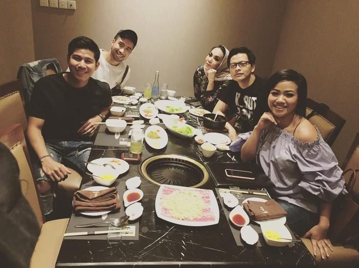 Lewat akun instagramnya @armandmaulana04, suami Dewi Gita ini juga membagikan foto saat makan bersama musisi muda. Ada Nino RAN, Vidi Aldiano dan Yura Yunita. Foto: instagram @armandmaulana04
