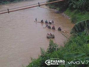 Pemotor Seberangi Sungai Cisadane Pakai Getek karena Jembatan Rusak