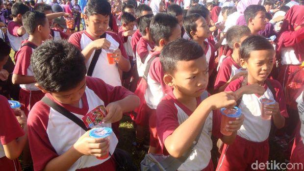 Ramai-ramai minum jamu di Cilacap.