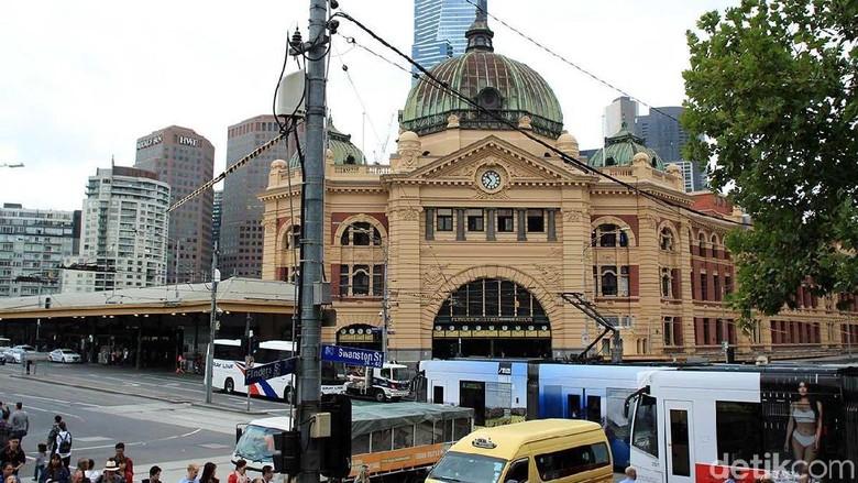 Tram yang melintas di depan Stasiun Flinders, Melbourne (Randy/detikTravel)