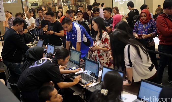 Suasana penjualan Galaxy S9 di Jakarta. Foto: Agung Pambudhy