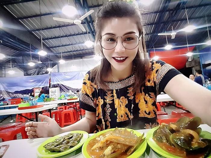 Disk jockey (DJ) bernama Katty Butterfly ini, terkenal dengan gaya berpakaiannya yang seksi ketika manggung. Selain aksinya yang heboh, Katty juga gemar menyantap makanan Indonesia. Foto: Instagram @dj_kattybutterfly36