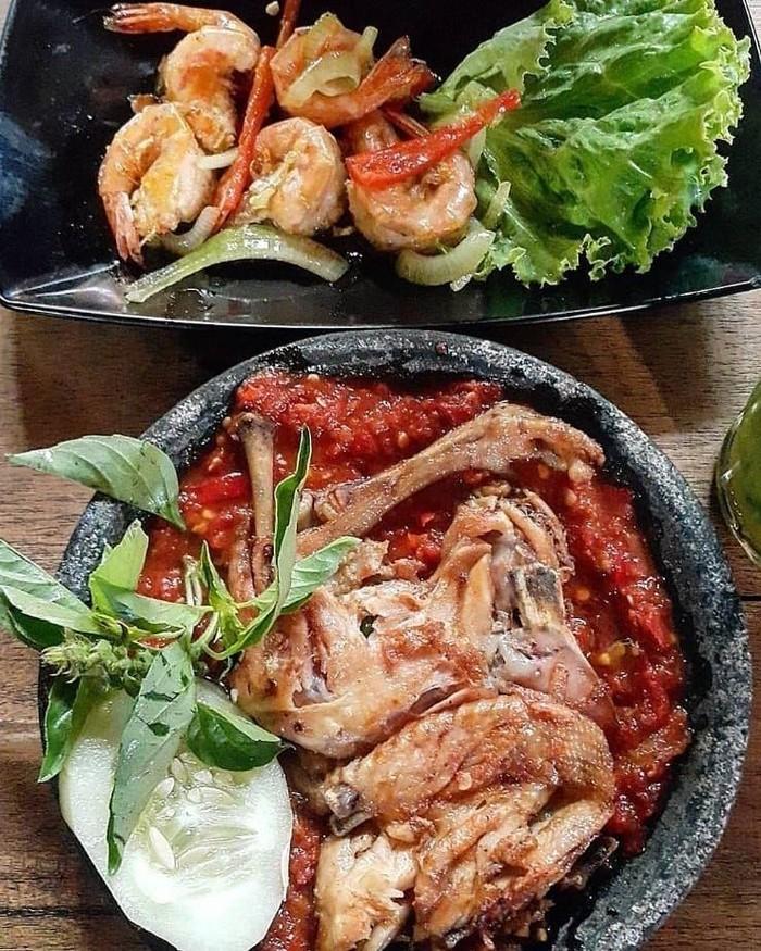Ayam penyet yang gurih dan pedas ini, ternyata juga cocok disantap dengan udang goreng tumis ditemani nasi putih hangat seperti menu makanan @semiawantheo. Foto: Instagram